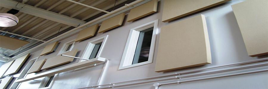 Kumaş Kaplı Ses Yalıtım Paneli Kullanım Alanları Kumaş Kaplı Akustik Panel : Ön ve arka yüzeyi camtülü kaplı yüksek yoğunluktaki camyünü levhanın görünür yüzeyi değişik renk seçenekleri mevcut olan darbeye dayanıklı kumaş ile kaplanmaktadır. Montaj sıvası yapılmış duvara direk yapıştırma görünür profil yada gizli sistem uygulanarak yapılabilir.