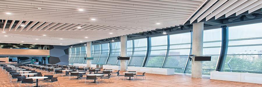 Akustik Tavan Baffle Ses kesici panellerin yüzeyine çarpan ses dalgasındaki enerji, panelin gözeneklerinde sürtünme sebebi ile ısı enerjisine dönüşerek yüzeyden geriye yansıyan ses enerjisini azaltmaktadır.Ebatlar Kalınlık 40 mm ve 50 mm. Projesine bağlı olarak uygulanacak değişik model duvar panelleri ile farklı akustik performanslar sağlanabilir.